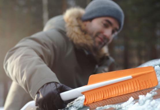 Fiskars SnowXpert™ silikonska krtača in dvosmerno strgalo za led